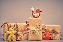 礼物盒手工造堆,姜饼 圣诞节 免版税图库摄影