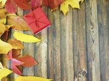 礼物盒木板框架11月 免版税库存照片