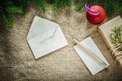 礼物盒杉树分支纸信封在袋装的铅笔中看不中用的物品 库存图片
