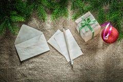 礼物盒杉树分支纸信封在sackin的铅笔中看不中用的物品 免版税库存照片