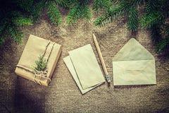 礼物盒杉树分支纸在袋装的surfac的信封铅笔 免版税库存图片