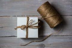 礼物盒栓与绳索 免版税库存照片