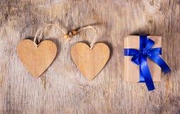 礼物盒由组成被回收的纸和木华伦泰 惊奇在华伦泰` s天 两华伦泰 复制空间 免版税库存照片