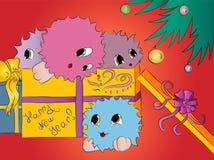 礼物盒的四个逗人喜爱的五颜六色的妖怪在圣诞树红色背景下 库存照片