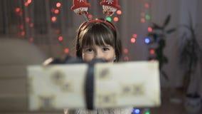 给礼物盒的女孩 股票录像