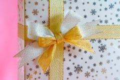 礼物盒银和金丝带 免版税库存照片