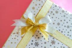 礼物盒银和金丝带 免版税图库摄影