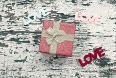 礼物盒静物画在难看的东西木头背景的 免版税库存图片