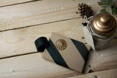 礼物盒,包裹在被回收的纸,绿色弓 免版税库存照片