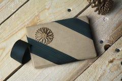 礼物盒,包裹在被回收的纸,绿色弓 库存照片