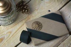 礼物盒,包裹在被回收的纸,绿色弓 图库摄影