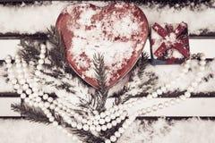 礼物盒,有一条白色珍珠项链的红色心形的罐子箱子 免版税库存照片