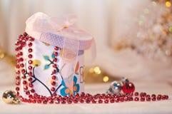 礼物盒whith一个红色小珠和圣诞节球。 免版税库存图片