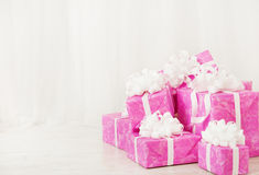 礼物礼物盒堆,在桃红色颜色的生日女性的或 免版税库存照片