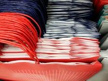 礼物袋子在商店 礼品包装材料的许多多彩多姿的礼物袋子 免版税库存图片