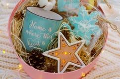 礼物设置与一个大蓝色杯子 免版税库存照片