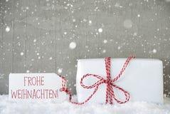 礼物,与雪花的水泥背景, Frohe Weihnachten意味圣诞快乐 免版税图库摄影