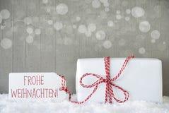 礼物,与Bokeh, Frohe Weihnachten的水泥背景意味圣诞快乐 免版税库存图片
