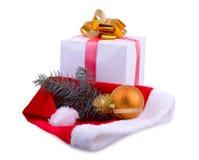 礼物,圣诞老人` s盖帽和玩具 免版税库存照片