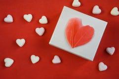 礼物,有红心的白色箱子 免版税库存照片