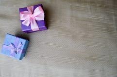 礼物,美丽,欢乐箱子蓝色和紫色与一只桃红色弓和蝴蝶 图库摄影