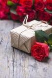 礼物,英国兰开斯特家族族徽花束在土气老葡萄酒背景的 免版税库存照片