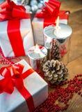 礼物boses和蜡烛圣诞节的 免版税库存图片