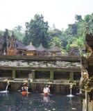 礼节沐浴的仪式巴厘岛印度尼西亚 免版税图库摄影