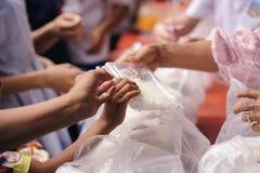 社会不平等的概念:捐赠食物对叫化子缓和饥饿:贫寒的手从接受食物 库存图片