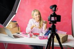 社会与教育决巧讲解的媒介influencer年轻女人记录的录影博克做的您自己的首饰 免版税图库摄影