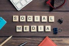 社会互作用和通信的概念拼写了与木元素 库存照片