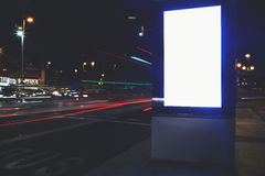 社会信息委员会在有美好的光的夜城市在背景,给横幅的嘲笑做广告在城市布局 免版税库存图片