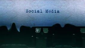 社会媒介措辞在纸片围绕的键入在老打字机音频的 股票视频