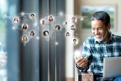 社会媒介网络、连接全世界地图的全球网络连接和人们 微笑的愉快成熟人使用 库存图片