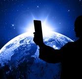 社会媒介,在手中拍与电话的人们照片 库存照片
