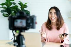 社会媒介influencer人或内容制造者概念在家放松便装样式 免版税图库摄影