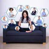 社会媒介和互联网瘾概念-俏丽的妇女sitti 免版税库存图片