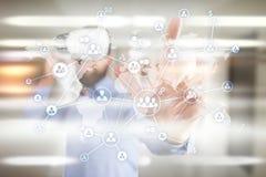 社会网络和全球性补充、采购和HR 有世界地图和人象的虚屏 免版税库存图片