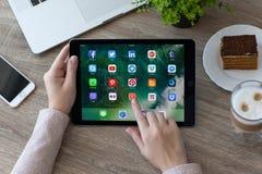 社会网络集合节目在赞成iPad的 库存照片