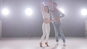 社会舞蹈和关系的概念 美好的年轻夫妇跳舞肉欲的bachata 影视素材