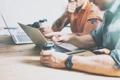 社会营销部门运作的木表膝上型计算机现代室内设计顶楼 工友处理办公室演播室 两 免版税库存照片