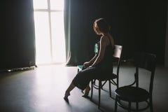 社会题材女性寂寞痛苦痛苦 Abastration男性暴力家庭 黑分类的一名年轻美丽的白种人妇女 图库摄影