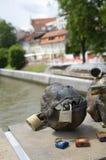 社论挂锁鱼在屠户的桥梁Ljubljanica的书刊上的图片 免版税库存图片