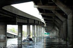 社论照片充斥在曼谷的,两个人坐汽车的屋顶从水逃脱,在2011年拍摄 库存照片