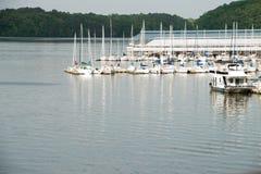 社论:乔轮车国家公园阿拉巴马小游艇船坞和河 免版税库存图片