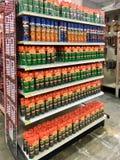 社论:各种各样的杀虫剂在伊利诺伊农厂和庭院零售商的待售 免版税库存照片