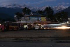 社论:帕拉姆普尔,喜马偕尔邦,印度:2015年11月10日, :在俏丽的小山驻地在喜马偕尔省, palampur的局部总线中止 免版税库存图片
