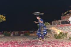 社论:拉贾斯坦,印度:2015年12月19日, :传统拉贾斯坦舞蹈表现 免版税图库摄影