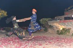 社论:拉贾斯坦,印度:2015年12月19日, :传统拉贾斯坦舞蹈表现 免版税库存图片