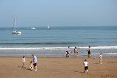 社论:斯卡巴勒海滩,约克夏,英国:星期天第8 :斯卡巴勒节日从清楚的蓝天和Hea开始 免版税库存照片